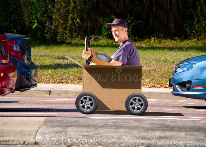 驾驶移动日配件箱的人 免版税图库摄影