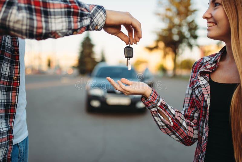驾驶老师给钥匙女学生 库存图片