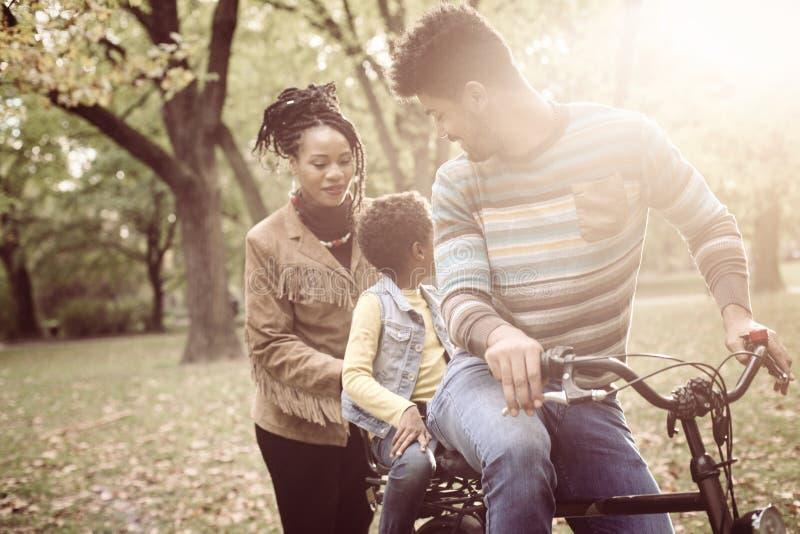 驾驶自行车的非裔美国人的父亲女儿 免版税图库摄影