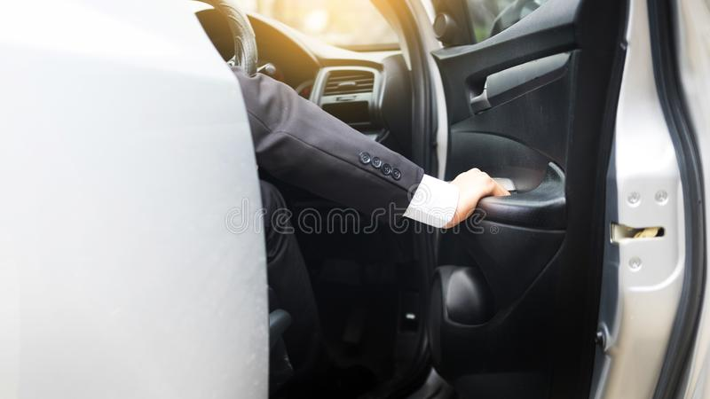 驾驶豪华的一个年轻英俊的商人的画象炫耀 库存图片