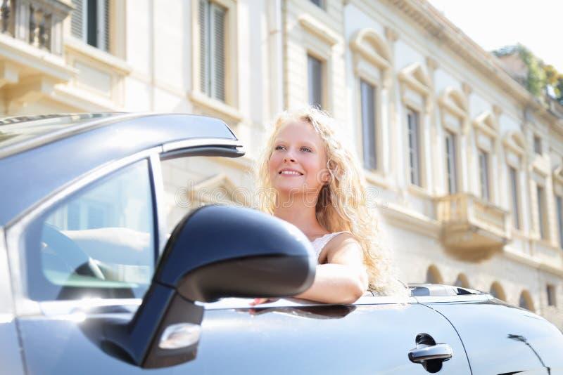 驾驶车的母司机的妇女 免版税库存图片