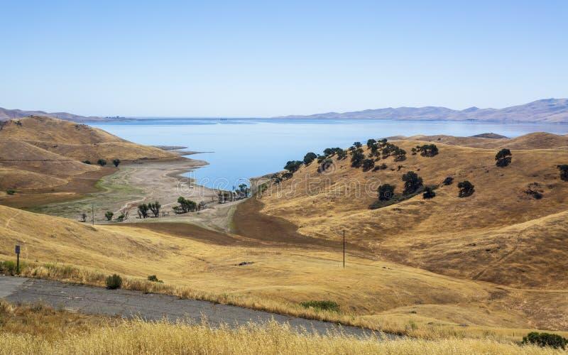 驾驶通过加利福尼亚金黄小山;圣路易斯水库状态度假区 免版税库存图片