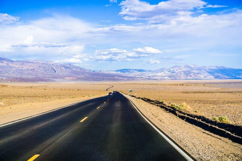 驾驶通过死亡谷国家公园; 免版税库存图片