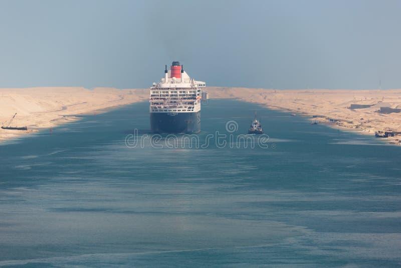 驾驶通过苏伊士运河的玛丽皇后2 免版税图库摄影
