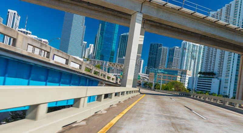 驾驶通过迈阿密在一sunnny天 免版税库存照片