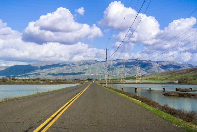 驾驶通过Alviso沼泽朝位于南部的唐爱德华兹国家野生生物保护区访客中间旧金山湾;部分 库存图片