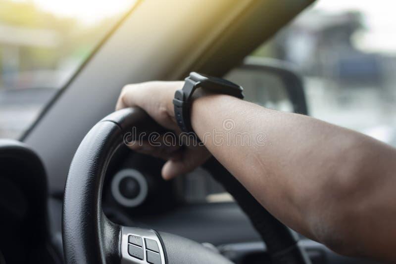 驾驶里面汽车的人的手 免版税库存照片