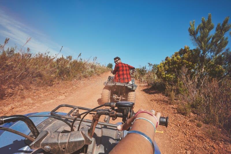 驾驶ATV本质上的年轻人 免版税库存照片