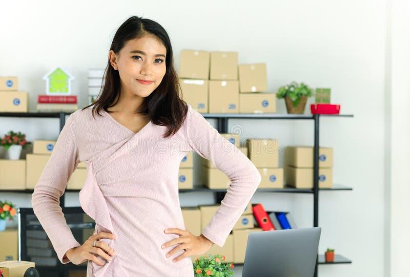 亚裔企业夫人在办公室 免版税库存照片
