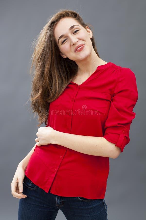 骄傲少妇微笑,显示她乐趣的美丽的头发 库存照片