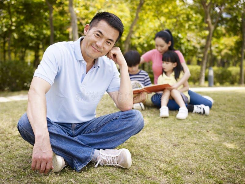 骄傲的亚裔父亲 库存图片