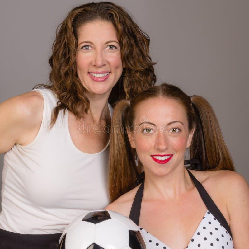 骄傲的妈妈和足球运动员女儿 图库摄影