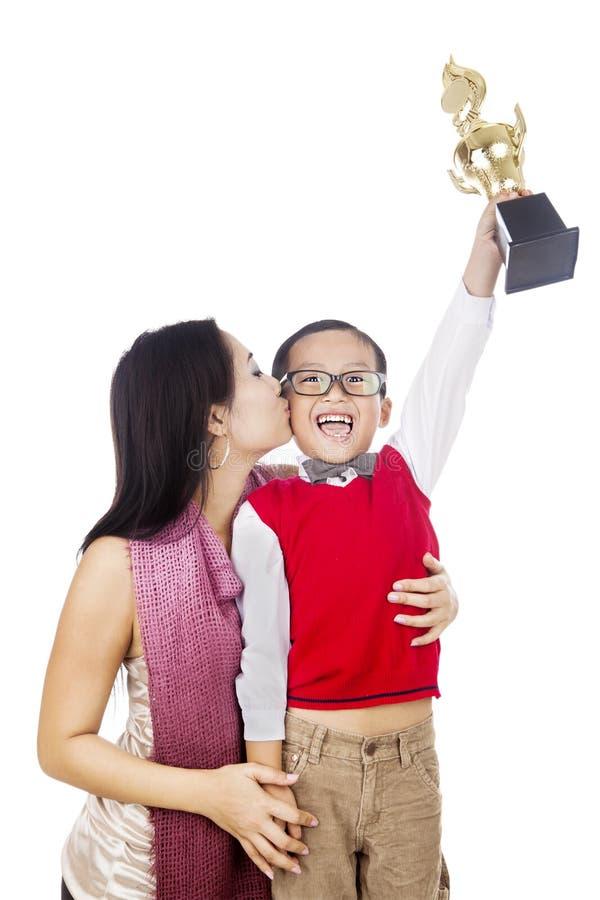 骄傲的母亲亲吻她的儿子 库存照片