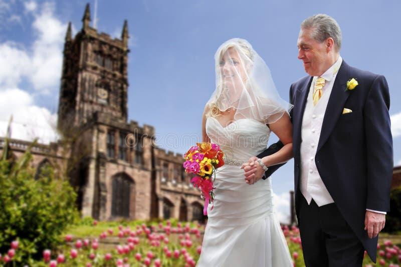 骄傲的父亲和新娘 免版税库存图片