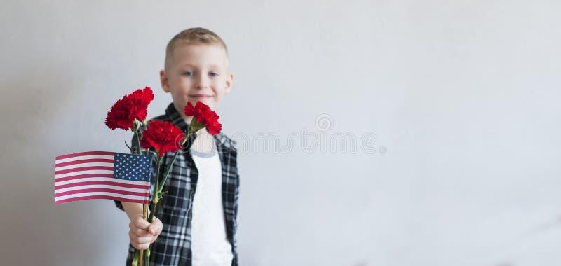 骄傲的男孩庆祝阵亡将士纪念日 库存照片