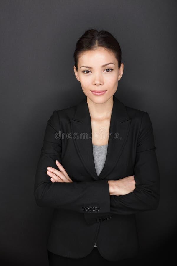 骄傲的确信的成功的女实业家画象 库存图片