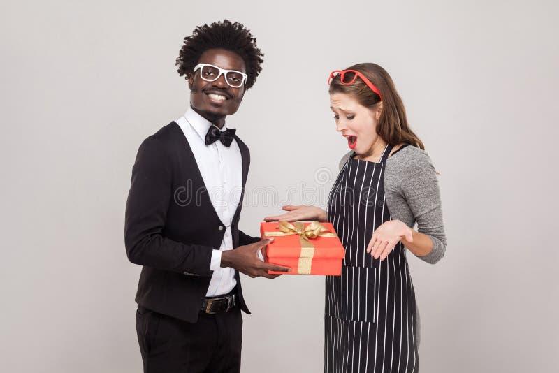 骄傲的非洲人为圣华伦泰` s天给一件礼物 库存照片