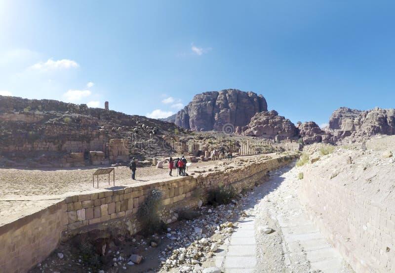 骆驼和游人通过超现实的沙漠风景走在Petra老城市在约旦 库存图片