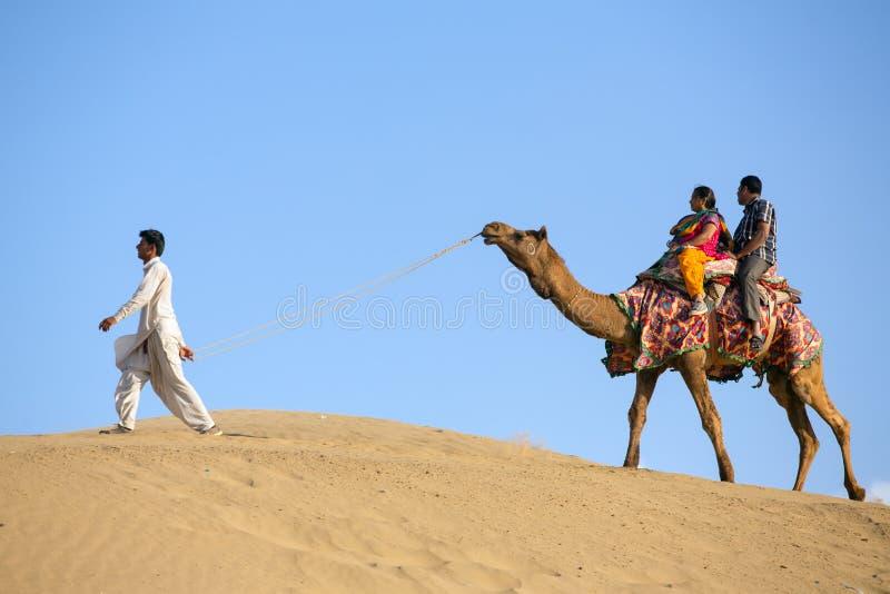骆驼的印地安游人在塔尔沙漠,拉贾斯坦,印度 免版税图库摄影
