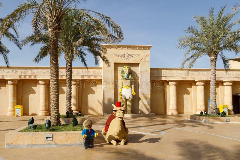 骆驼的雕塑由乐高砖做成在法老王雕象的背景在Legoland 库存图片