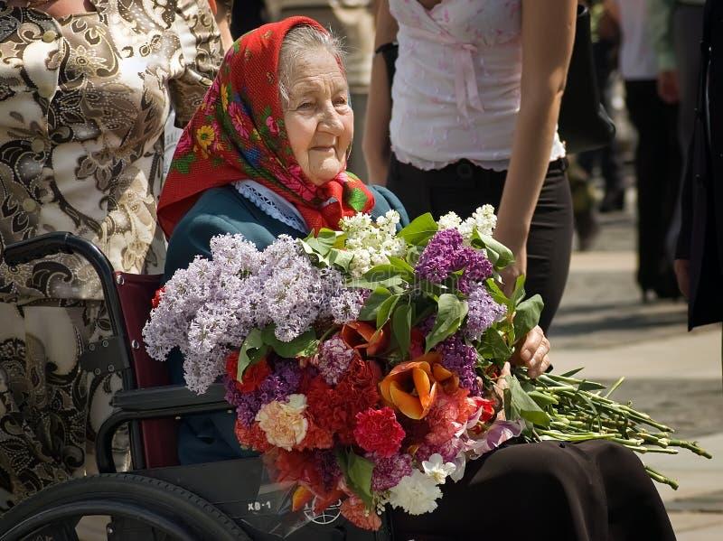经验丰富的妇女在胜利天庆祝时 免版税库存图片