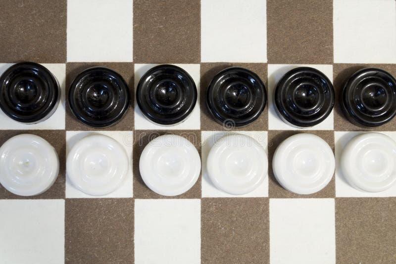 验查员两行白色和黑在棋枰 图库摄影