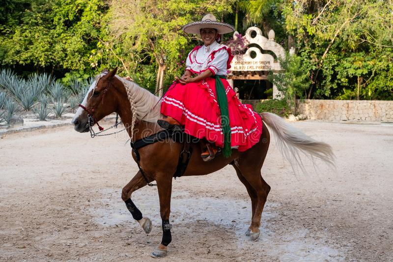 骑一匹纯血统马的年轻亚马逊在XCaret公园在墨西哥 免版税库存照片