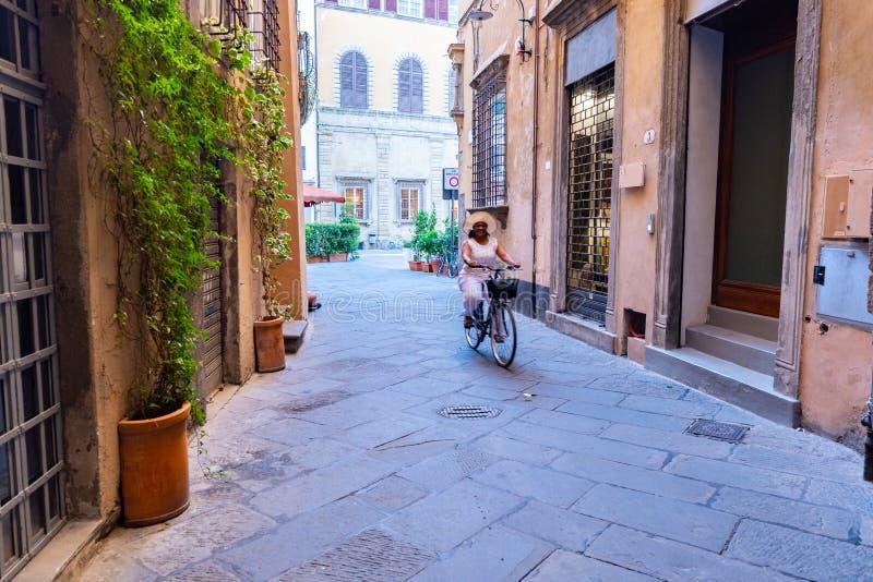 骑一辆自行车的妇女在意大利 免版税库存照片