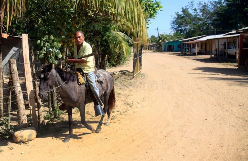 骑与大砍刀的一个人一匹马在农村洪都拉斯 免版税库存图片