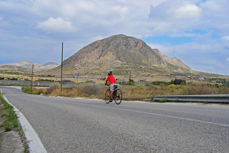 骑在山的一辆自行车 免版税图库摄影