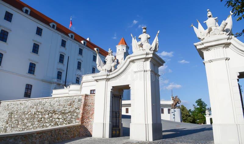 骑士指南雕塑小组布拉索夫城堡门,在布拉索夫,斯洛伐克 库存照片