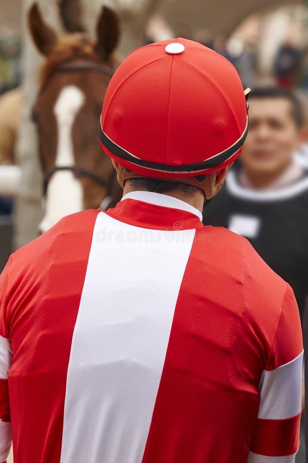 骑师细节在种族面前 竞技场背景 赛马 库存照片