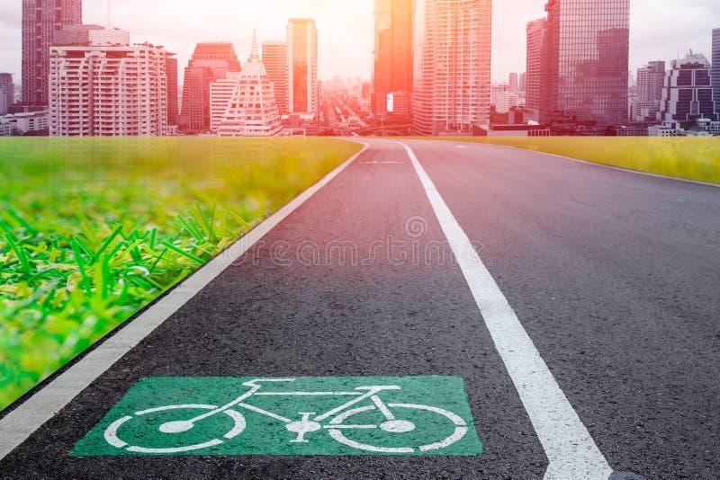 骑自行车与未来派城市地铁大厦的车道eco绿色运输系统的 免版税库存照片