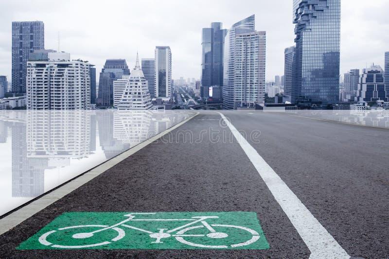 骑自行车与未来派城市地铁大厦的车道eco运输的 免版税库存照片