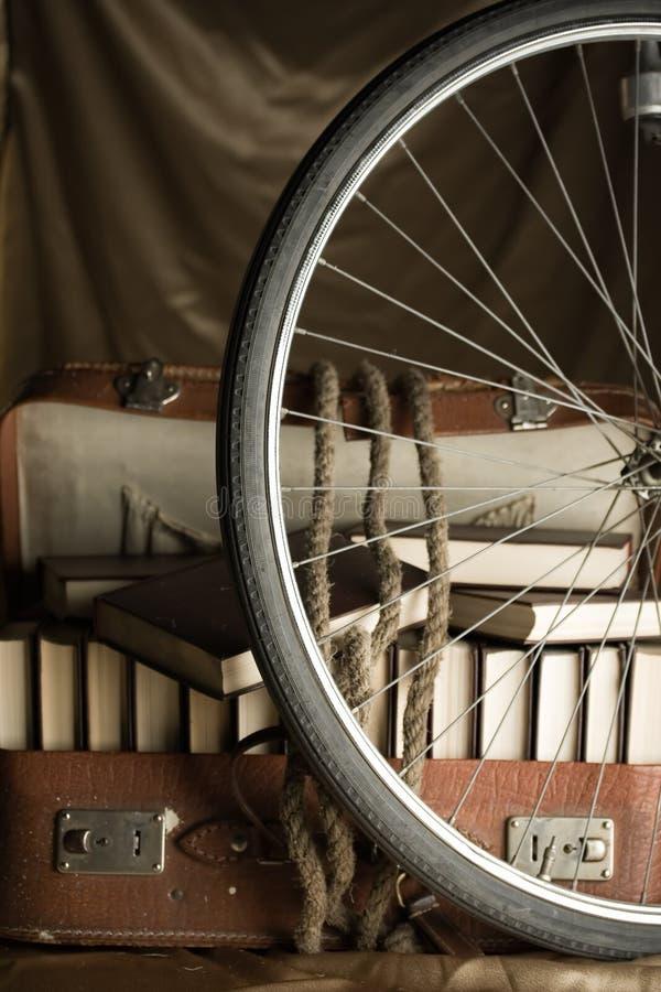 骑自行车书橱充分的老诉讼被撕毁的轮子 免版税图库摄影