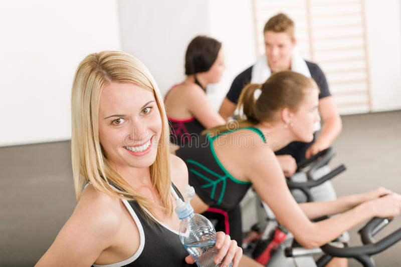 骑自行车健身组体操人 免版税库存照片
