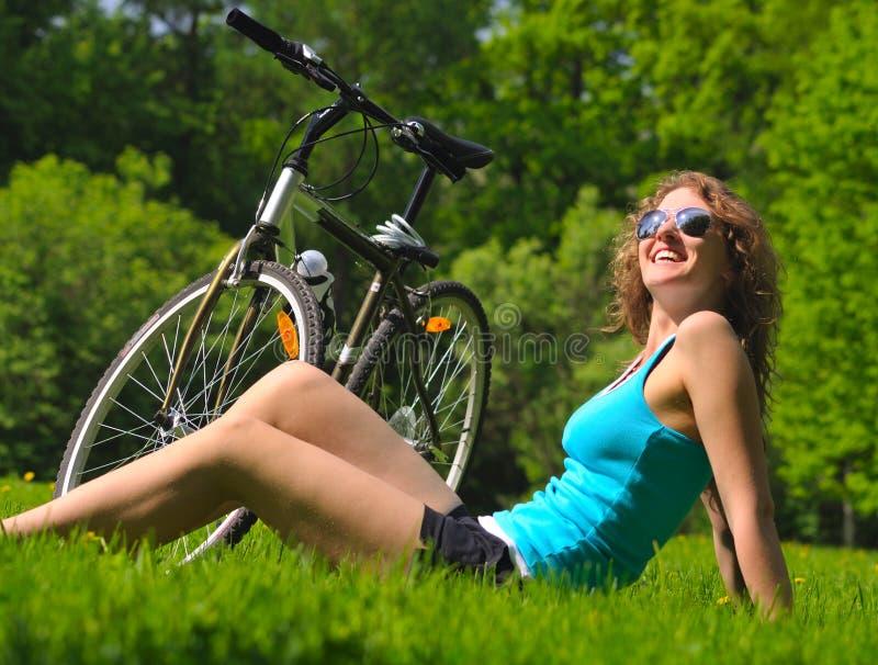骑自行车公园妇女 免版税库存图片