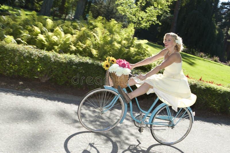 骑自行车减速火箭的女孩 免版税库存图片