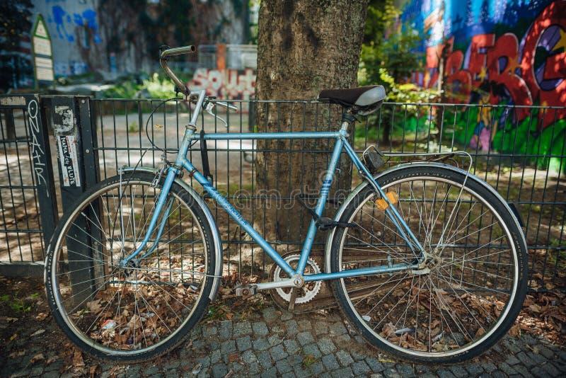 骑自行车在一条街道上在柏林,德国 库存图片