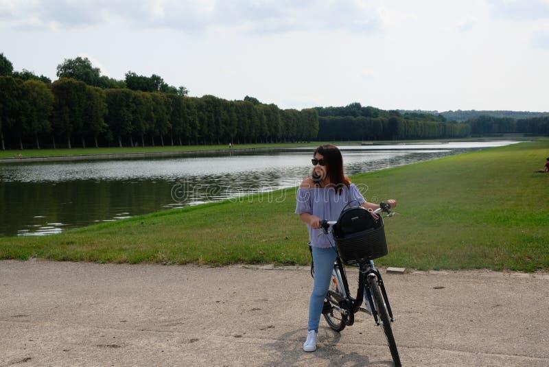 骑自行车在凡尔赛 库存图片