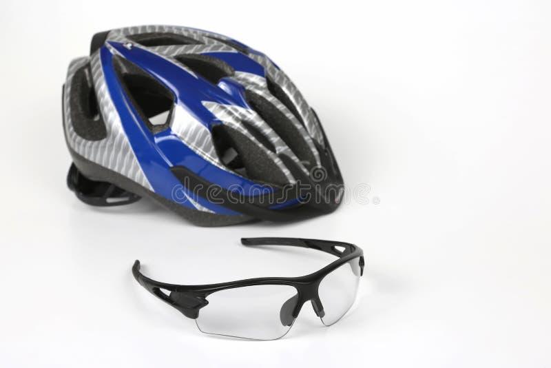 骑自行车在盔甲的背景的透明玻璃 免版税图库摄影