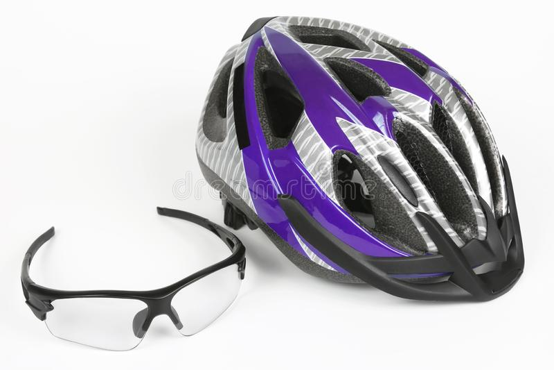 骑自行车在盔甲的背景的透明玻璃 免版税库存照片