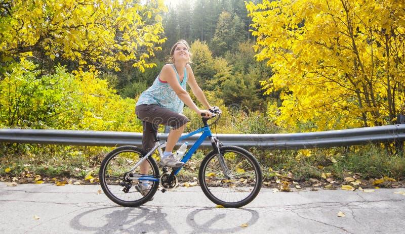 骑自行车在秋天 图库摄影