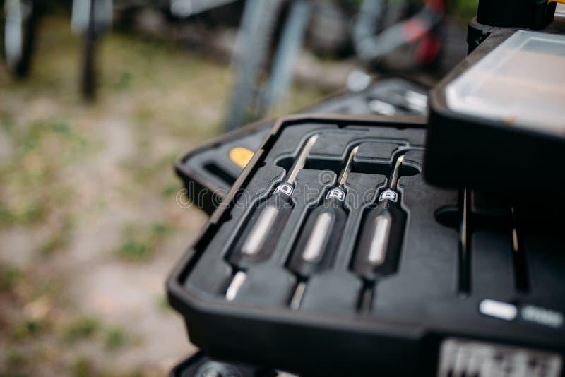 骑自行车在箱子特写镜头,迷离背景的工具 免版税库存图片