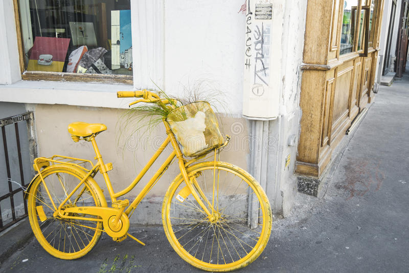 骑自行车在蒙马特街道上2016年9月9日的在巴黎,法国 免版税库存照片