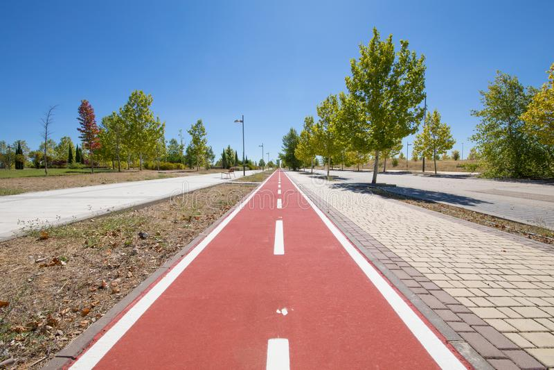 骑自行车在都市街道宽边路的车道  免版税库存照片