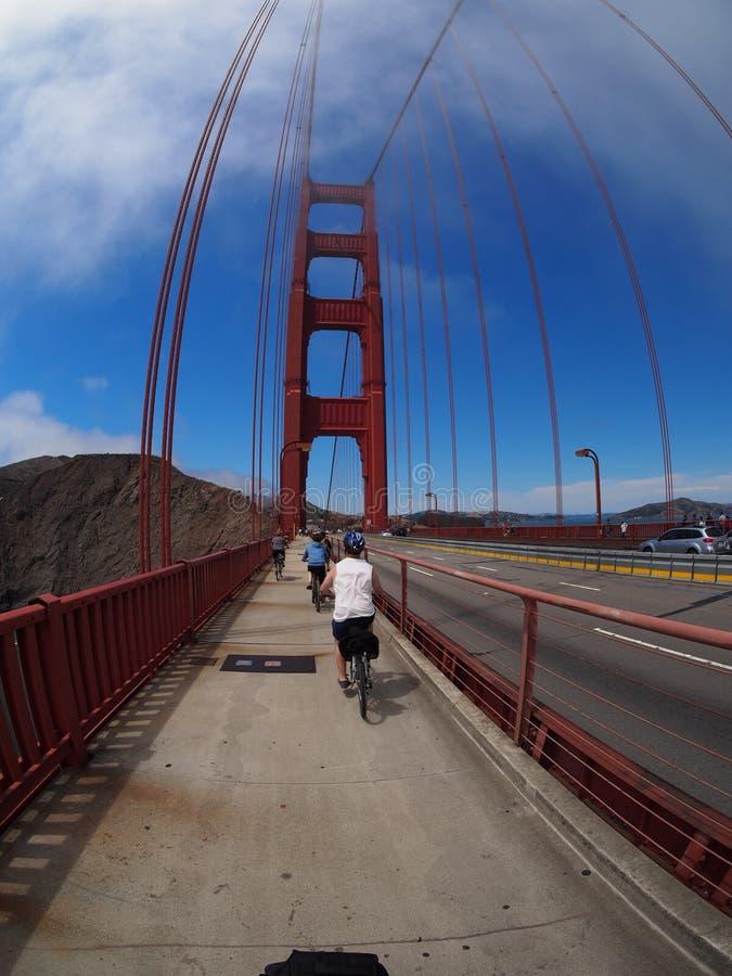 骑自行车在金门大桥 免版税库存照片