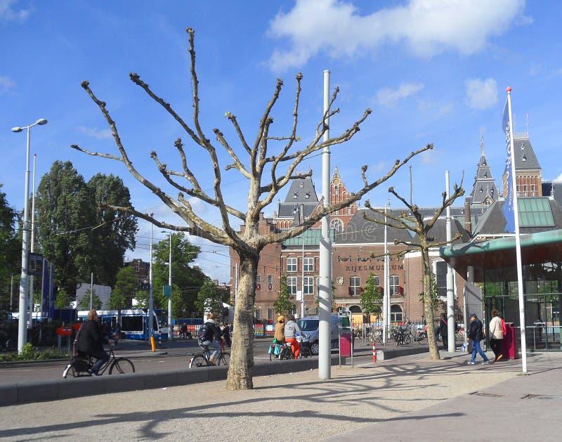 骑自行车在阿姆斯特丹的市中心 免版税库存照片