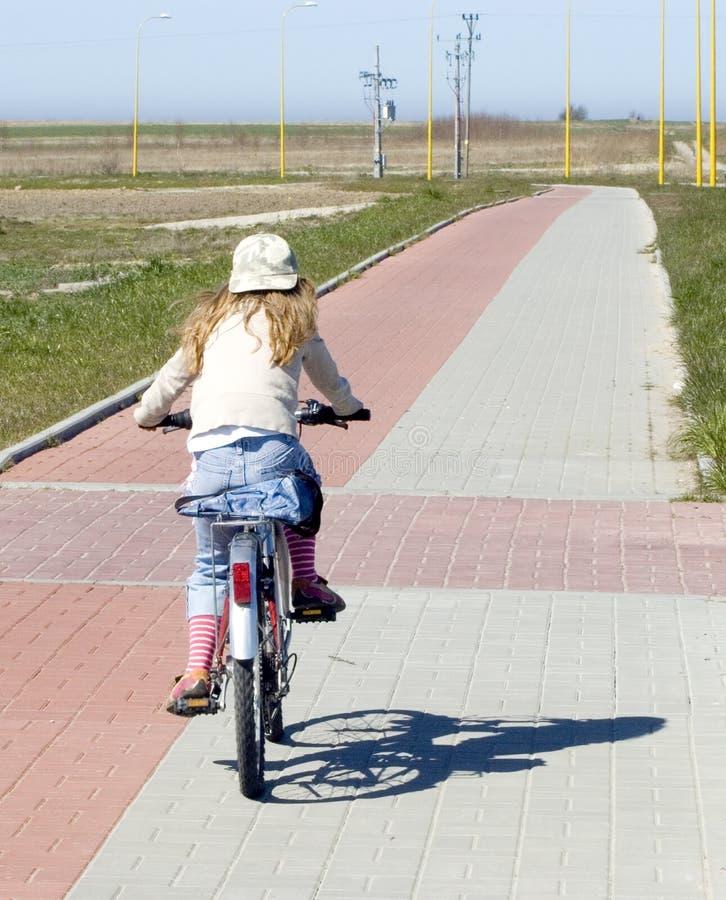 骑自行车女孩骑马 库存图片