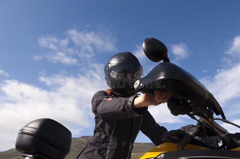 骑自行车妇女黄色年轻人 免版税库存图片